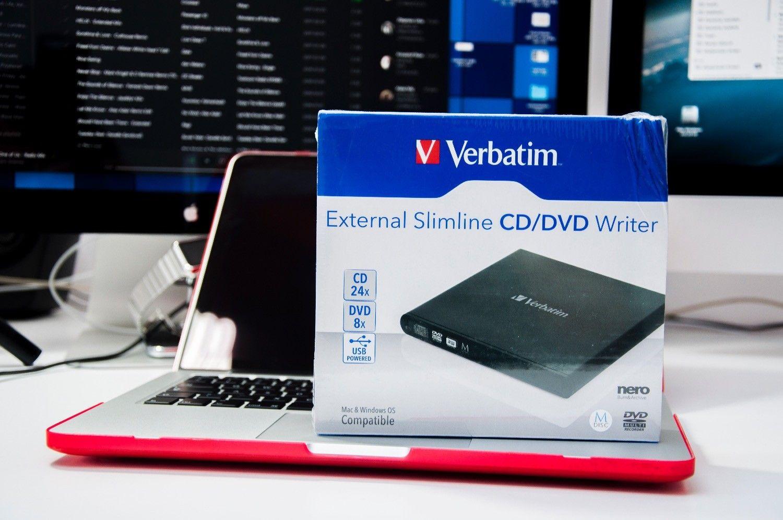 Macbook nie ma czytnika płyt? Jest na to rozwiązanie. Recenzja Verbatim External Slimline CD/DVD Writer