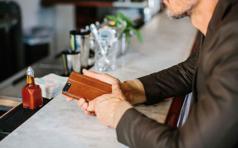 Recenzja DECODED Wallet Case. Etui typu portfel, które spodoba się także tym, którzy takich pokrowców nie uznają