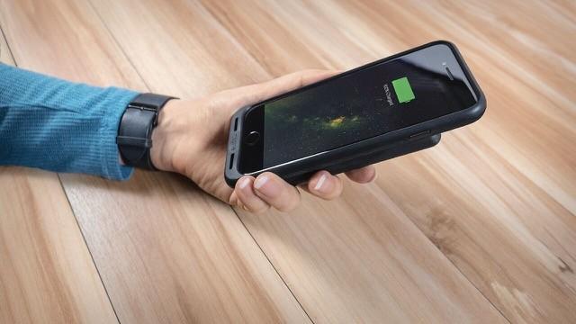 mophie wprowadza na rynek etui charge force dla smartfonów iPhone 7/7 Plus oraz Samsung Galaxy S8/S8 Plus