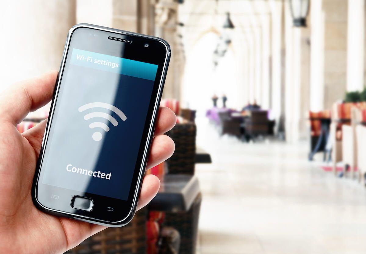 Dlaczego korzystanie z publicznych sieci Wi-Fi jest niebezpieczne? Zagrożenia i zasady bezpieczeństwa
