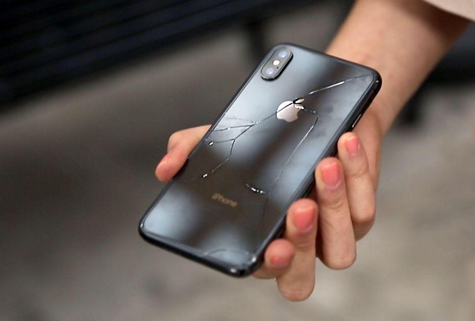 Aż przykro na to patrzeć – pierwszy drop test iPhone'a X