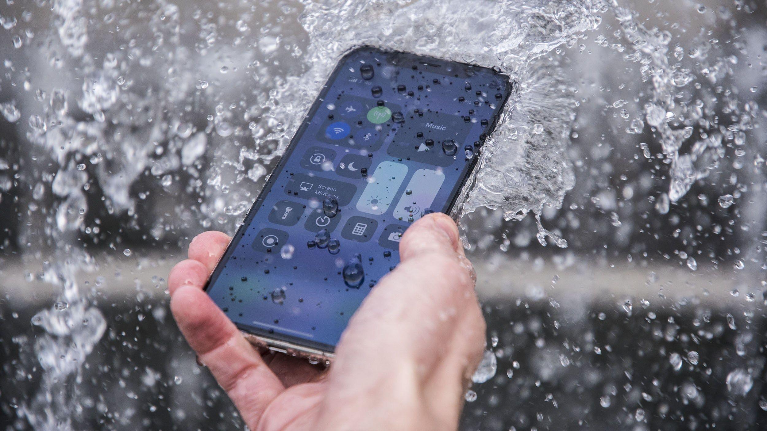 Wodoszczelne etui dla iPhone X z którymi bezpiecznie użyjesz telefonu pod wodą