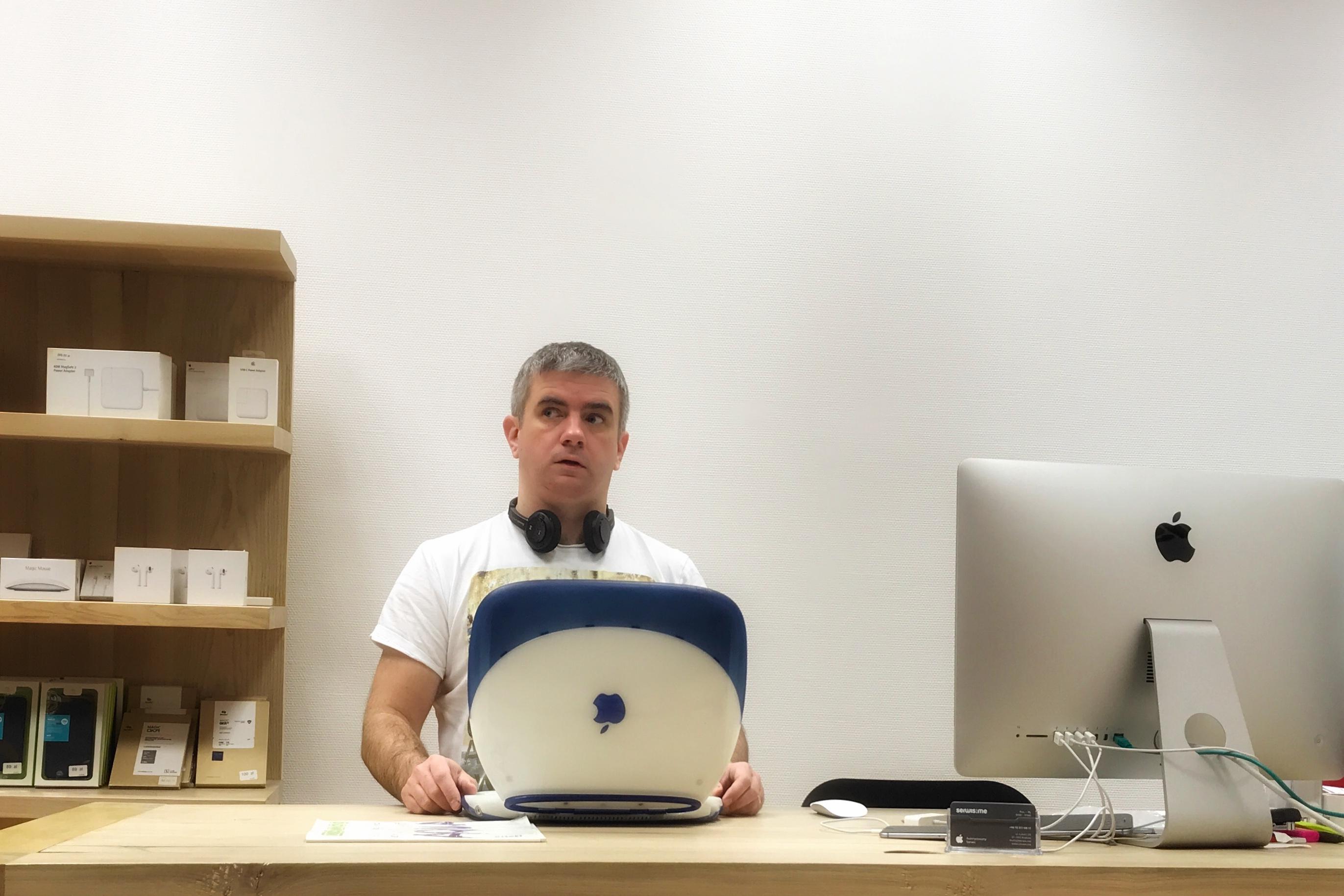 """Dominik Szmerek, kiedyś redaktor MacMag'a magazynu fanów Apple lat 90′. O sobie mówi """"makowy dinozaur""""."""
