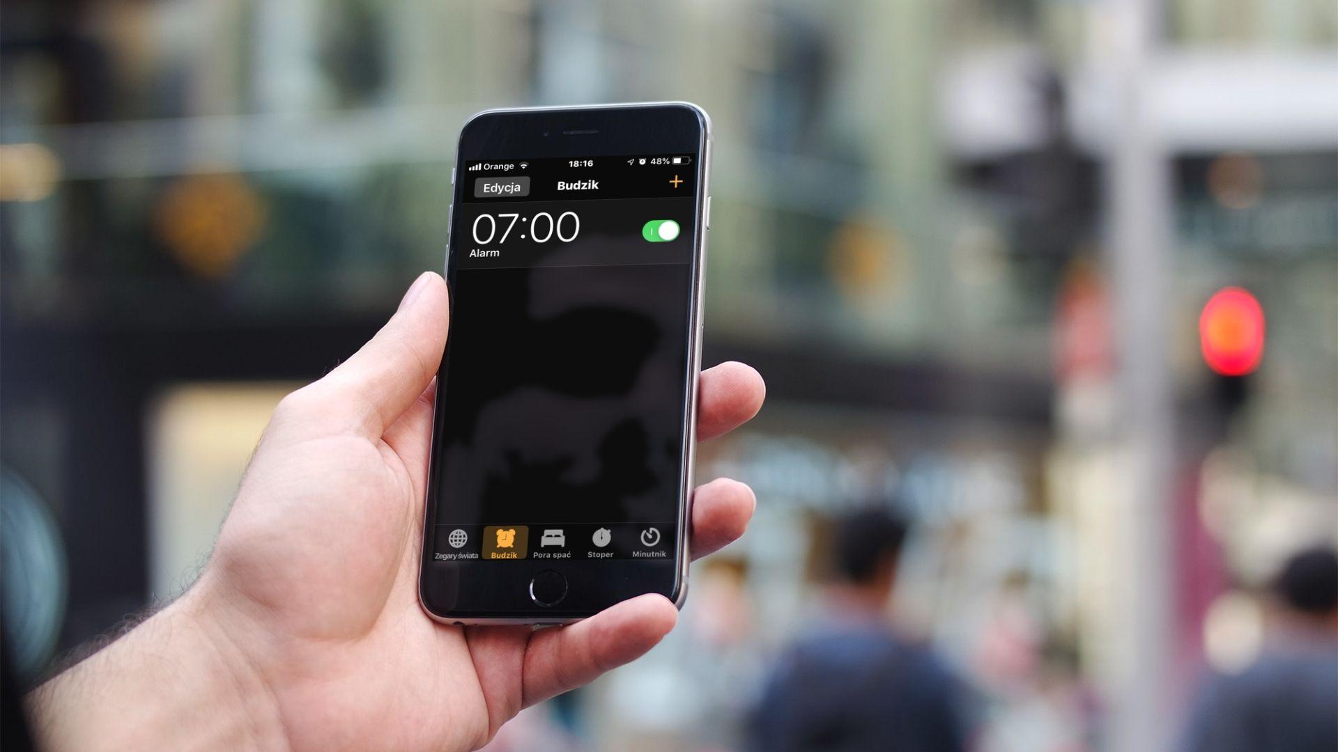 Jak zmienić ustawienie głośności budzika w iPhonie?