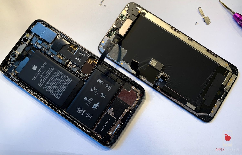 Serwisant zajmie się profesjonalną wymiana ekrany OLED w iPhonie XS i zaprogramuje ekran dla prawidłowego działania w serwisie APPLEMOBILE.PL