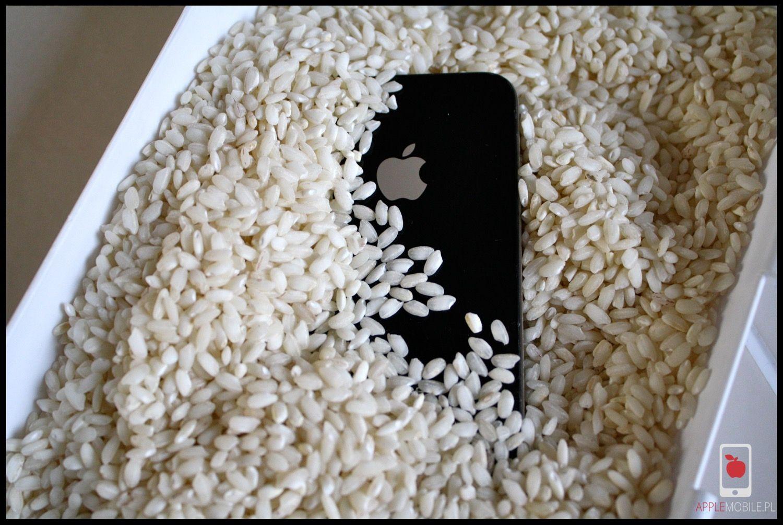 Ryż wcale nie pomaga w zalanym telefonie iPhone. Nie wyciąga wilgoci i nie naprawi zalanego telefonu.