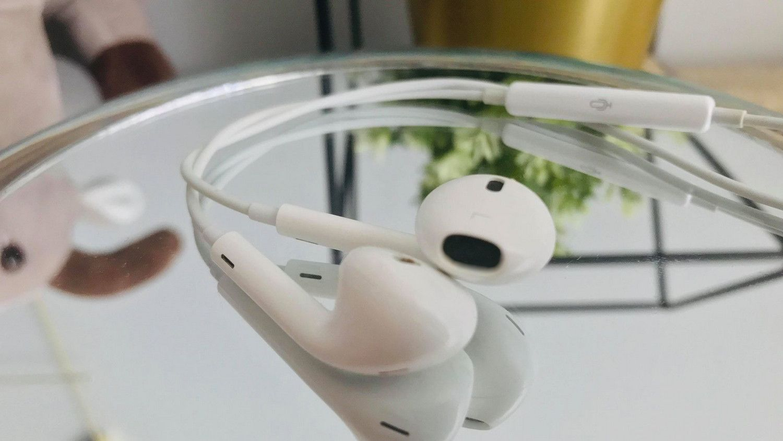 Apple kontra Samsung – kto robi lepsze słuchawki do smartfonów?