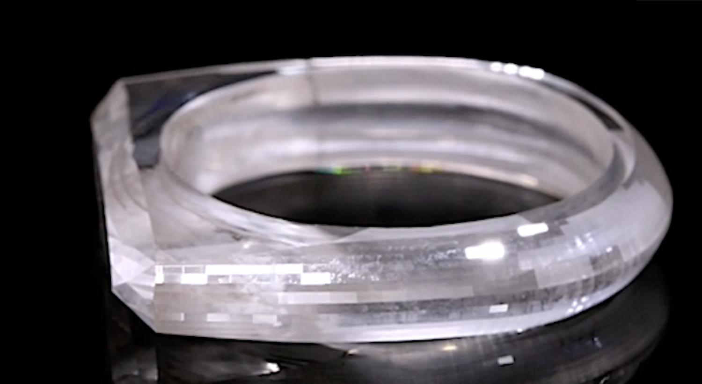 Pierścień wykonany przez Jonyego Ive został pokazany światu.