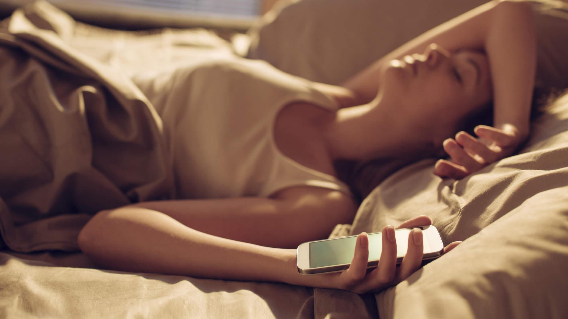 Nastolatka spała z ładującym się iPhonem pod poduszką. Nie żyje. Telefon wybuchł.
