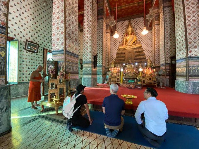 Tim Cook odwiedza Bangkok i Tajlandię, aby spotkać się z fotografami, studentami i laureatami stypendiów WWDC