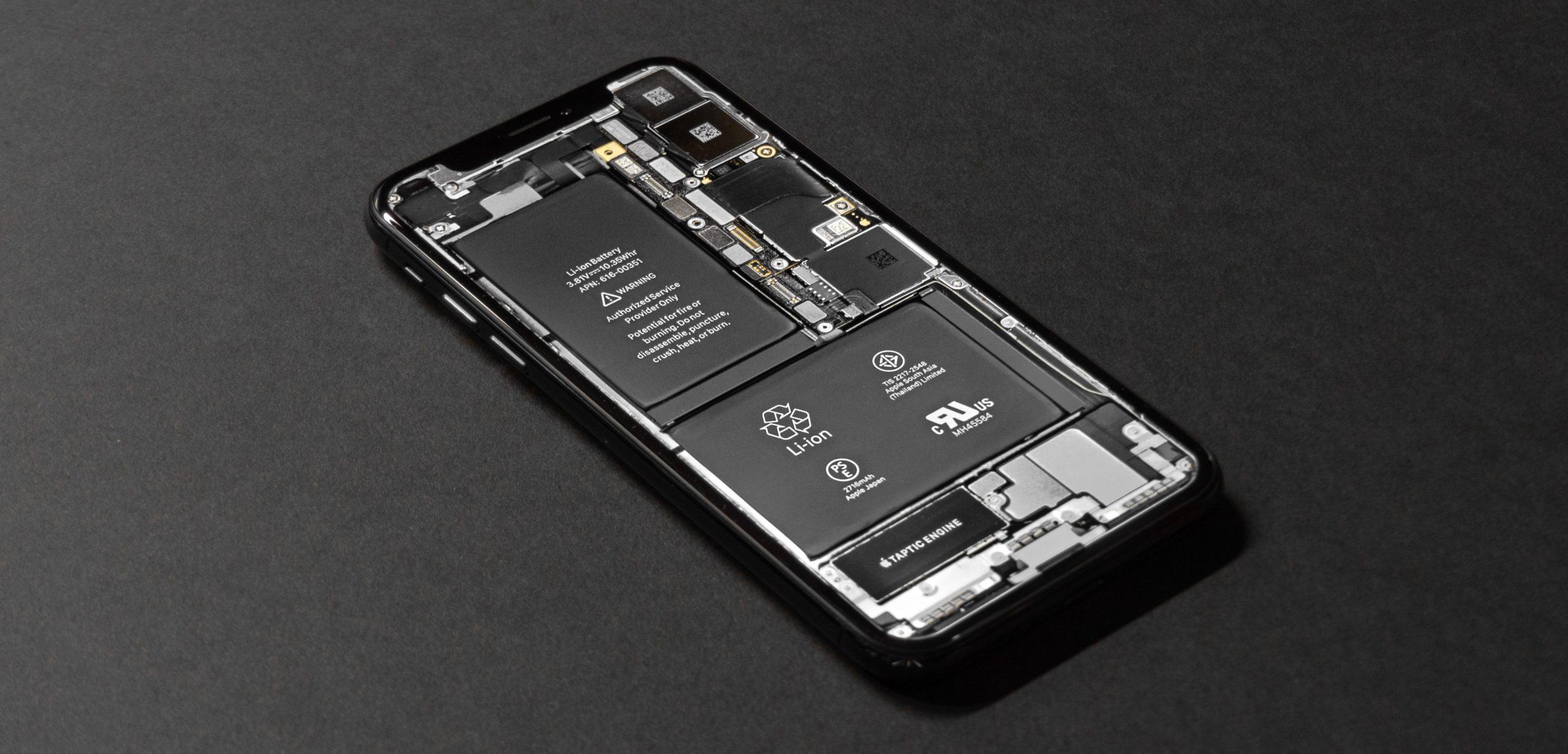 Wymiana baterii w iPhone XS, XS Max, 11 Pro, 11 Pro Max, SE 2020, 11 jest problematyczna. Instalując nową baterię, wciąż będziesz miał status SERWIS i nie sprawdzisz jej kondycji.