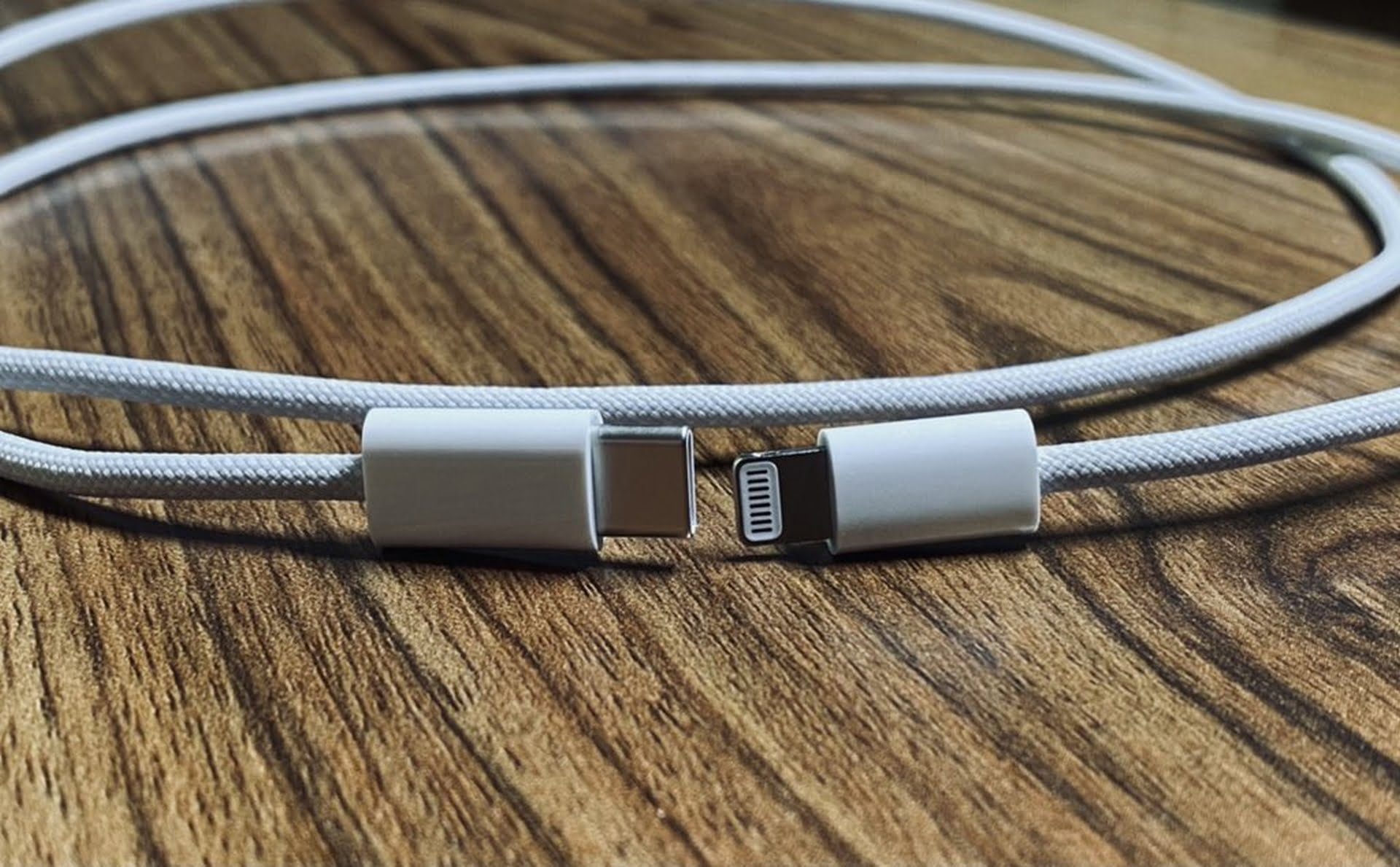 Następne zdjęcia kabla nylonowego dodawanego do iPhone'a 12