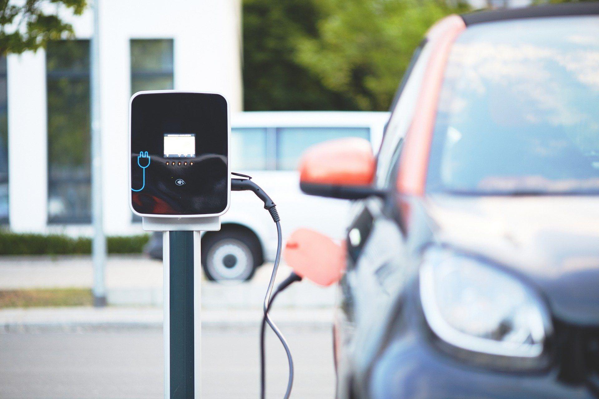 Ładowanie samochodu z instalacji fotowoltaicznej – czy to się opłaca?